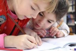 V ČR pracuje jen necelá polovina maminek dětí do 5 let. Co brzdí jejich nástup do zaměstnání?