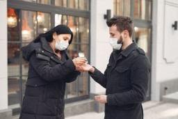 Profese v první linii – nejen zdravotníci, ale i zámečníci nebo ostraha