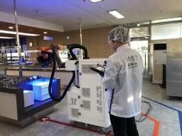 Proti koronaviru bojují v nemocnicích i roboty