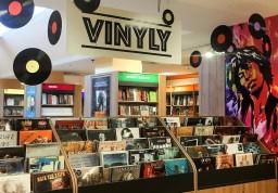 V knihkupectví Neoluxor se otevřelo oddělení vinylových desek